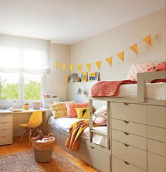 Dormitorio infantil con litera y guirnalda de banderillas amarillas