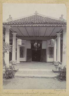 Anonymous | Portaal van een Chinese tempel op Ambon, Anonymous, c. 1900 - c. 1920 | Onderdeel van Reisalbum met foto's van Ambon.