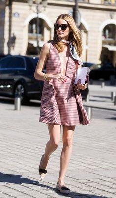 Während der Haute-Couture-Modewoche in Paris zeigt sich Olivia Palermo in einem karierten A-Linien Kleid mit Falten von Dior. Stilbruch zum XL-Ausschnitt: Seidentuch von Dior, das sie à la Grace Kelly seitlich gebunden um den Hals trägt. Dazu: Flache, spitze! Schuhe von Jimmy Choo. Wirkt sexy, statt brav.