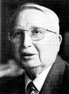 Henri CARTAN, fils d'Elie Cartan, qui fut, avec Henri Poincaré, un des plus grands mathématiciens du début du XXème siècle. Henri Cartan a une œuvre mathématique considérable. Il est couramment considéré comme l'un des mathématiciens français les plus influents de son époque. Il est connu pour ses travaux sur les fonctions de plusieurs variables complexes, la topologie et l'algèbre homologique. Il a été un des membres fondateurs du groupe Bourbaki.