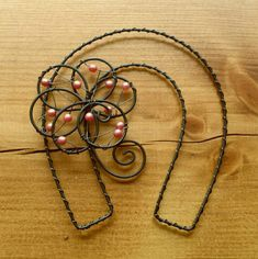 Horse shoes should be hung the other way as a U to hold the luck. Wire Crafts, Jewelry Crafts, Jewelry Art, Handmade Crafts, Diy And Crafts, Copper Wire Art, Wire Art Sculpture, Wire Jig, Wire Flowers