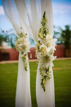 Feest area: in de tent de pilaren bekleden met organza en bloemstukken.