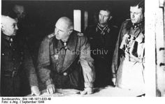 Niederlande.- Schlacht um Arnheim.- Lagebesprechung mit (v.l.) Generalfeldmarschall Walter Model, Generaloberst Kurt Student, Generalmajor der Waffen-SS Wilhelm Bittrich, Major Hans Peter Knaust, Generalmajor der Waffen-SS Heinz Harmel  Dating: September 1944