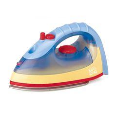 Strijk je kleding keurig glad met dit strijkijzer van Playgo. Vul het reservoir met water en druk op de knop om het water op de kleding te sprayen. Zet het strijkijzer aan en zie hoe het strijkijzer oplicht en hoor de echte strijkgeluiden. Wat zal je kleding stralen! Het vrolijk gekleurde strijkijzer is gemaakt van stevig kunststof. Batterijen niet inbegrepen. Afmeting: verpakking 28 x 11 x 16 cm. strijkijzer 20 x 9 x 12 cm - Playgo Strijkijzer