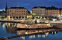 Gamla Stan, el casco antiguo es en realidad el centro urbano original de Estocolmo e incluye la isla de Stadsholmen, así como los islotes de Riddarholmen, Helgeandsholmen y Strömsborg. Su origen se remonta al siglo XIII, aunque la mayoría de los edificios datan de entre el 1700 y el 1800. Es un magnífico laberinto de encantadoras cales adoquinadas, avenidas, casas señoriales y plazas de encuentro que reflejan un indiscutible estilo arquitectónico propio.
