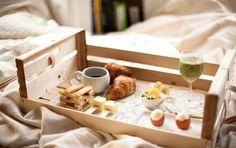 Sorpréndela con un rico desayuno en la cama. ¡Le encantará!