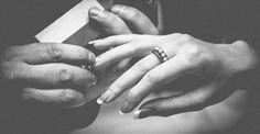 Ten jedyny pierścionek zaręczynowy - Pierścionek zaręczynowy – wyjątkowy, niezwykły, ten jedyny. Symbol miłości. Nie da się zaprzeczyć, że to właśnie na pierścionek zaręczynowy wszyscy zwracają szczególną uwagę, to biżuteria, którą kobiety uwielbiają pokazywać koleżankom, przyjaciółkom. Oczywiście problem wyboru odpowiedniego pierśc... - http://www.letswedding.pl/ten-jedyny-pierscionek-zareczynowy/
