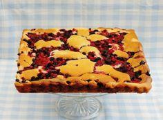 Bosvruchten roomkaas plaatcake. Plaatcake, je kan er zo lekker mee variëren. Ik heb hem met bosvruchten gemaakt, maar je kan er allerlei soorten fruit voor