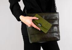 """SCHILLING (PS6) in viele Farben und unterschiedliche Lederoberflächen: hier in Kroko """"Olive"""" mit neuem Schloss! 🔒 Mix Match, Purses, Waiting Staff, Leather, Colors, Handbags, Purse, Bags"""