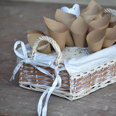 """Ένα όμορφο πανέρι στολισμένο με δαντέλα και χάρτινα χωνάκια με ρύζι, για να """"ριζώσει"""" ο γάμος σύμφωνα με το έθιμο. Το κάθε πανέρι αποτελείται από 15 χωνάκια."""