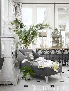 Who wouldn't want to nap on this chaise shaded by large potted palm? - Photo: Werner Straube / Design: Joanne Haynes