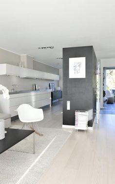 FIN DELING: En vegg av høyskap skjermer det hvite HTH-kjøkkenet fratrappe løpet på motstående vegg. Kitchen Dining, Dining Room, House Extensions, Beautiful Space, Home Kitchens, Beach House, Bathtub, Bathroom, Interior