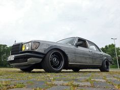 """A Benz gets under the skin: Mercedes-Benz 280 SE early S-Class becomes a rustic """"battle grid"""" ! - Car Of The Week - Mercedes Fans - The Magazine for Mercedes-Benz Enthusiasts Mercedes 280, Mercedes Benz 190e, Classic Mercedes, Battle, Trucks, Bike, Friends, Vehicles, Ideas Para"""