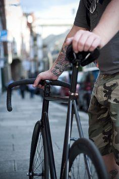 Black Fixie // Single Speed // Fixed Gear All blacked out, single speed AND… Urban Cycling, Urban Bike, Bici Retro, Bici Fixed, Bmx, Bike Photography, Fixed Gear Bicycle, Speed Bike, Pro Bike