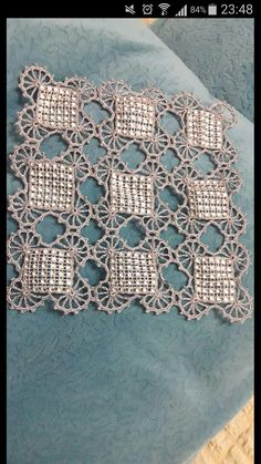 Rust stone, decorated with four laps petals, in thin white cotton thread. To collect. Crochet Table Runner, Crochet Tablecloth, Crochet Doilies, Crochet Lace, Free Crochet, Lace Tape, Crochet World, Fashion Sewing, Learn To Crochet