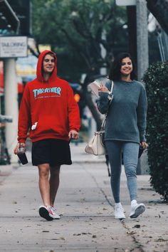 Selena Gomez Out with Justin Bieber in Los Angeles Celebrity Fashion and Style Selena Selena, Justin Bieber Selena Gomez, Estilo Selena Gomez, Selena Gomez Coach, Selena Gomez Short Hair, Justin Bieber Smile, Justin Bieber Outfits, Streetwear, Socks Outfit