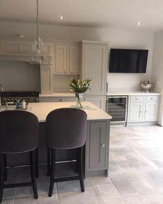 44 Inspiring Design Ideas for Modern Kitchen Cabinets - The Trending House Home Decor Kitchen, Kitchen Flooring, Trendy Home Decor, Kitchen Remodel, Kitchen On A Budget, Interior Design Kitchen, Kitchen Decor Trends, Home Decor, Home Kitchens