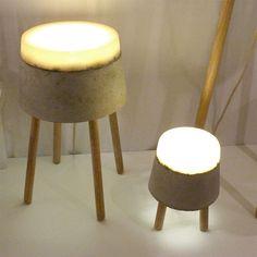 Renate Vos' lamps De interieur- en productontwerper Renate Vos is in 2003 afgestudeerd aan de academie St. Joost in Breda. Zij maakt lampen van bijzondere materialen zoals de Concrete serie van rubber en nu lampen van hout.
