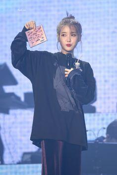 "𝙿𝚞𝚛𝚙𝚕𝚎, 𝚙𝚘𝚎𝚖 on Twitter: ""20191102 아이유 광주 콘서트 #아이유 #IU #LovePoem #이지은 #dlwlrma @lily199iu… "" Fandom Kpop, Aesthetic People, Cute Poses, Kpop Fashion, Daily Fashion, Korean Artist, Kpop Outfits, Ulzzang Girl, K Idols"