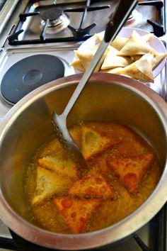 Cheesy Guinness Beef Samosas Armenian Recipes, Irish Recipes, Russian Recipes, Armenian Food, Mandazi Recipe, Samosa Recipe, Curry Recipes, Healthy Recipes, Baking Recipes