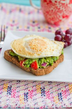 A simple and healthy breakfast recipe: guacamole toast with an egg on top. We'd also eat this for lunch. Healthy Breakfast Recipes, Clean Eating Recipes, Clean Eating Snacks, Brunch Recipes, Healthy Snacks, Cooking Recipes, Healthy Recipes, Vegetarian Recipes, Healthy Breakfasts