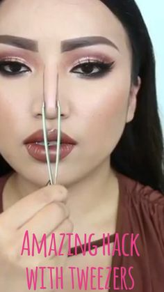 Beauty hack - tweezers - - Beauty hack – tweezers hair and make up Plucking your eyebrows isn't the only job for your tweezers. Add eyebrow shaping and face contouring to the list and forget about salon visits 😉 Promise Tamang Makeup Tips Contouring, Make Up Tutorial Contouring, Eyebrow Makeup Tips, Makeup Eye Looks, Contour Makeup, Makeup Videos, Eyeshadow Makeup, Eyeshadow Palette, Contouring Products
