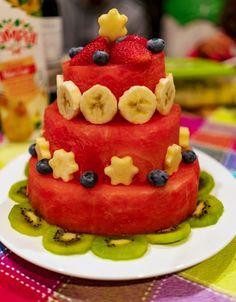 """Bolo de melancia - Foto de David Soeima<ol start=""""5""""> <li><strong>Bolos de Fruta</strong></li> </ol> <p>De bolos só têm mesmo o nome e a fisionomia. Trata-se basicamente de moldar um bolo com fruta em que o centro é feito normalmente de melancia - uma vez que é uma fruta bem grande e permite cortar um """"bolo"""" de diâmetro razoável - e a restante decoração faz-se de acordo com a imaginação. Frutas da época..."""