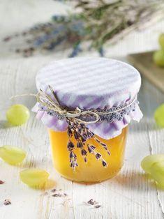 Das Gelee aus hellem Traubensaft und Weißwein schmeckt wie ein Traum von Südfrankreich. Die feine Lavendelnote macht den Aufstrich besonders köstlich. #Traubensaft #Weißwein #Lavendel #Gelee #Gelierzucker #Rezept #DiamantZucker Alex And Ani Charms, Sweets, Food, Dips, Grape Juice, Sandwich Spread, Pies, Thermomix, Lavender Recipes