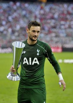 Photo of the day: Lloris with the 3rd place Audi Cup Trophy | My Heart Beats Football