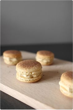 The scent of a tiramisu in the form of a macaron, does that tempt you? Desserts To Make, Delicious Desserts, Dessert Recipes, Yummy Food, Ganache Macaron, Vanilla Macarons, Macaron Flavors, French Macaroons, Food Platters