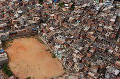 Onde jogar futebol pode também acontecer nas favelas do Brasil. Contraste interessante nestas zonas consideradas de aglomerados sub-normais do Brasil com grandes concentrações de gente e um espaço para entretenimento e desporto. Obs: No Brasil existem cerca de 3.500 favelas onde vive 6% da população – 11,5 milhões de pessoas sendo a favela da Rocinha, …