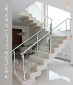 Escada com revestimento em mármore travertino