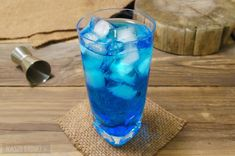 Ice Bear – prosty drink z wódką i blue curacao Blue Curacao, Cocktails, Drinks, Mcdonalds, Red Bull, Pint Glass, Pillar Candles, Sugar Free, Water Bottle