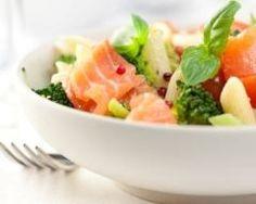 Salade de pâtes à l'avocat et au saumon fumé.