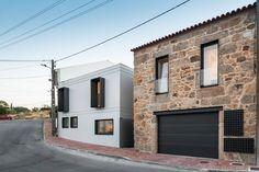 Asombrosa casa moderna integrada en un pueblo rural  (de Silvia Pino )