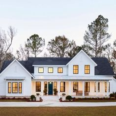 26 Amazing Modern Farmhouse Plans Design Ideas And Remodel. If you are looking for Modern Farmhouse Plans Design Ideas And Remodel, You come to the right place. Below are the Modern Farmhouse Plans D. Modern Farmhouse Design, Modern Farmhouse Exterior, Farmhouse Style Kitchen, Modern Farmhouse Kitchens, Rustic Farmhouse, Modern Design, Outdoor Kitchens, Estilo California, Design Exterior