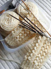 Hullutustyönä numero 4 aloitin romanttiset pitsisukat luonnonvalkoisesta, vanhasta Nallesta. Lankaa oli paljon mukavempi kutoa kuin näitä ... Knitting Terms, Lace Knitting, Knitting Socks, Knitting Patterns, Crochet Patterns, Knitted Slippers, Wool Socks, Hand Knitted Sweaters, Yarn Crafts