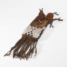 Сумка для краски, Равнины. Длина 13 дюймов. Частная коллекция в Монтане. Приобретена у John Molloy, Санта Фе, НМ, 1989 Sotheby's. AMERICAN INDIAN ART 18 Maя 2007 года. Нью Йорк.