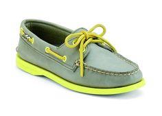 Los Top-Sider, esos zapatos similares a los tipo mocasín, volvieron en variedad de colecciones. Actualmente hay una colección dirigida a hombres, llamada Sperry Top-Sider, que se caracteriza por incluir en las suelas y en los acabados colores neones.  Si querés más información, da clic en la imagen.