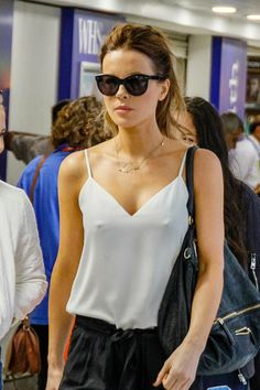 Kate Beckinsale looks cool as she walks braless through airport as new romance with toy boy blossoms Kate Hudson, Kate Beckinsale Hot, Kate Beckinsale Pictures, Beautiful Celebrities, Beautiful Actresses, Gorgeous Women, British Costume, Lady, Pearl Harbor