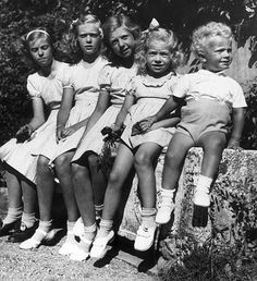Hagasessorna (The prinsesses of Haga,Margaretha,Birgitta,Désirée and Christina) and their sidekick (the future kingCarl XVI Gustaf).    The Haga Palace is the birthplace for these siblings, the family moved when the father(Gustaf Adolf)died 1947.