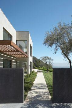 Espace vert devant une maison moderne