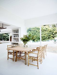 Dining: Bellevue Hill House by CM Studio Studio Interior, Home Interior Design, Interior Decorating, Dining Room Inspiration, Interior Inspiration, Design Inspiration, Dining Room Furniture, Outdoor Furniture Sets, Dining Chairs