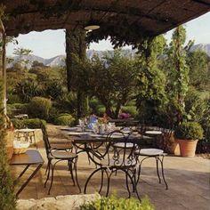 La terrasse à l'ouest prolonge salle à manger et cuisine. Plateau de table en granit belge.
