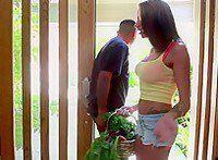 Madura casada tiene sexo duro con su nuevo vecino - Infieles