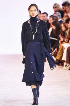 Chloé Fall 2019 Ready-to-Wear Collection - Vogue Chloe, Curvy Fashion, Runway Fashion, Womens Fashion, Daily Fashion, Street Fashion, Fashion Weeks, Fashion Show Collection, Necklaces