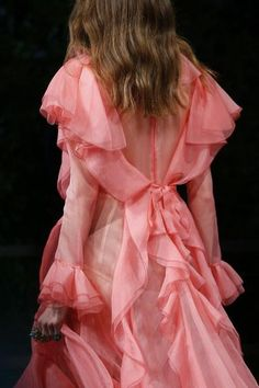 Gucci Spring 2016 Ready-to-Wear Fashion Show - Gucci Spring - Ideas of Gucci Spring. - Gucci Spring 2016 Ready-to-Wear Accessories Photos Vogue Haute Couture Style, Couture Mode, Couture Fashion, Runway Fashion, Pink Fashion, Fashion Week, Love Fashion, Fashion Show, Rosa Style