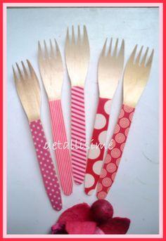 Tenedores de madera en tonos rosas y rojos preparados para una cena informal de 17 personas... Si te apetecen a tí también escríbenos a detallisime@yahoo.es