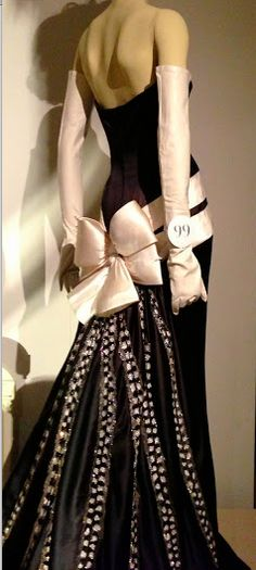 Vintage Valentino with a beautiful bow for the bum! ♥ Love the creativity meets classic. Fendi, Gucci, Mode Vintage, Vintage Vogue, Vintage Fashion, Valentino Gowns, Valentino Couture, Valentino Garavani, Missoni