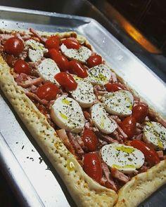Μια διακοπή για Ιταλία παρακαλώ! Παρασκευή βράδυ και είμαστε έτοιμοι για πίτσα και καλή παρέα. Ας φτιάξουμε την δική μας ζύμη (η συνταγή υπάρχει στο blog) ή ας βάλουμε μια έτοιμη από το σούπερ μάρκετ. Σάλτσα ντομάτας με βασιλικό, λαρδί, μοτσαρέλα, ντοματίνια, φρέσκα μυρωδικά και φούρνο. Σε 30' τρώμε!! #cookwithpopi